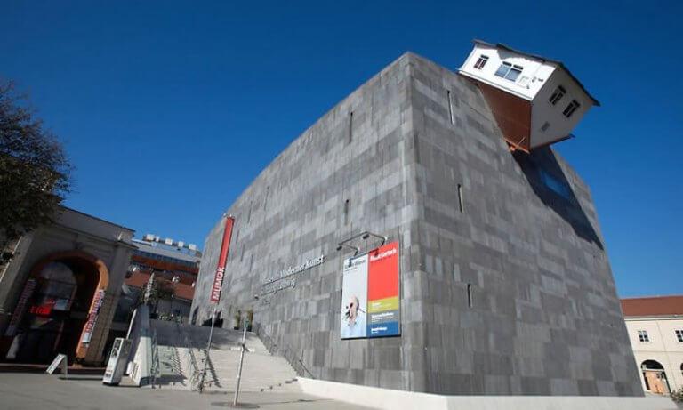 arsitektur nyleneh House Attack